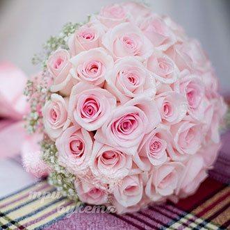 Букет невесты из розовых роз и гипсофилы